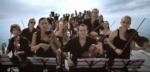 Una orquesta toca una canción para ballenas