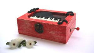 Cajita de música con notas musicales y un piano